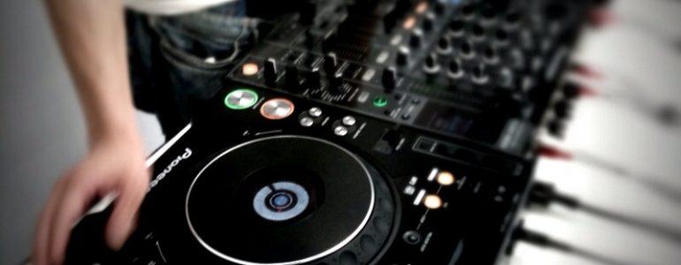 DJ Ausrüstung auf Tisch