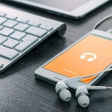 Google Play Music auf Smartphone auf Tisch